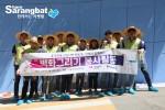 흥국화재 임직원들이 경기도 연천초등학교에 벽화봉사를 실시했다