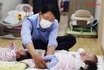 신일 오영석 부사장이 동방사회복지회 동방영아일시보호소에서 아기 돌보미 봉사활동을 하고 있다