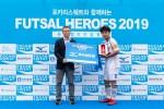 왼쪽부터 한국미즈노 코니시 히로마사 대표이사가 중등부 우승팀 MVP에게 상을 전달하고 있다