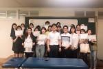 서울휴재활의학과와 수원여대 물리치료학과 3학년 학생들이 교육 후 기념사진을 찍고 있다