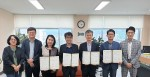 건국대 인문한국플러스 사업단이 한국일본어문학회와 학술연구 MOU를 맺고 기념촬영을 하고 있다