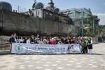 참석자들이 해군제2함대사령부를 방문하여 안보현장 견학을 마친 후 기념촬영을 하고 있다