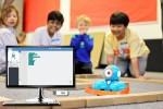아이들이 엔트리로 코딩하여 코딩로봇 대시를 움직이고 있다