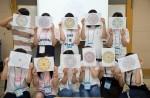 국립중앙청소년수련원 북한이탈청소년하나둘캠프 참가 청소년들이 만다라프로그램 중  작품을 들고 사진촬영 하고 있다