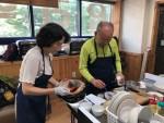 왼쪽부터 요리 프로그램 지지고 볶고 강사와 참여 어르신이 요리 만들기 활동을 하고 있다
