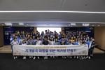 아름인 책가방 만들기 봉사활동 참가자들이 기념 촬영을 하고 있다