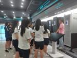 학생들이 슈퍼컴퓨팅센터에서 슈퍼컴퓨터에 대한 설명을 듣고 있다