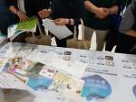 오티즘엑스포에 참가한 관람객들이 웨이에이블 AI 챗봇에 대한 설명을 듣고 체험하고 있다