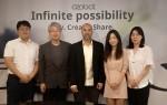 왼쪽부터 오조봇 교육 간담회에 참석한 정웅 선생님, 마르시스 박용규 대표, 이볼브 CEO 네이더 함다, 홍지연 선생님, 정은주 선생님이 기념사진을 찍고 있다