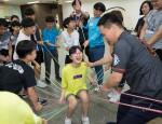 국립중앙청소년수련원 둥근세상만들기 장애청소년캠프 참가 청소년들이 숲밧줄놀이프로그램을 하고 있다