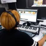 유유자적 아티스트 참가자가 사운드 디자인 프로젝트를 체험하고 있다