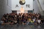 한국독립운동사 역사교육 후 안중근의사기념관에서 단체 기념사진 촬영이 이뤄지고 있다