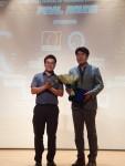 전국금융산업노동조합 우리은행지부가 제12회 주한 베트남 학생회 체육대회 행사에 3500만원의 후원금을 전달하고 있다