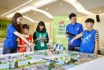 제6회 지멘스그린스쿨 올림피아드에 참여한 초등학생들이 직접 만든 친환경 로봇을 조작해보고 있다