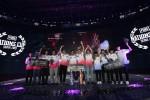 펍지주식회사가 2019 펍지 네이션스 컵 시상식을 갖고 기념촬영을 하고 있다