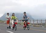 제주도 송악산 지역에서 이용객들이 공유형 전동킥보드와 전기자전거를 즐기고 있다