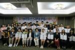 농어촌청소년육성재단 임직원과 신규장학생들이 장학증서 수여식을 갖고 기념촬영을 하고 있다