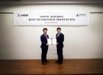 왼쪽부터 누리미디어 최순일 대표와 메가존 클라우드 이주완 대표가 서울 강남구 메가존빌딩에서 업무협약식 기념 촬영을 하고 있다