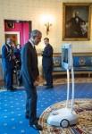 버락 오바마가 백악관 블루룸에서 미국장애인법 25주년 기념식 기간 동안 빔을 통해 Disability Visibility Project의 창립자이자 프로젝트 코디네이터인 앨리스 웡을 맞이하고 있다