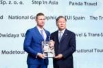베이징 문화관광국 당 비서 동첸(오른쪽)이 호주 이그나이트 트래블 창립자 겸 전무이사 랜달 디어에게 상을 수여했다