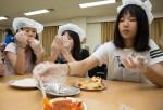국립중앙청소년수련원 통일리더십캠프 참가 청소년이 북한음식문화체험프로그램을 하고 있다