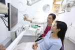 치과에 방문한 환자에게 상담 중인 치의학박사 매직키스치과 정유미 원장