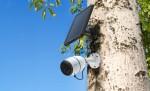 야외에 전용 태양광패널과 함께 설치한 Reolink Go LTE 스마트 보안카메라