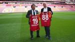 왼쪽부터 도루칸 아카르 갈라타사라이 이사와 알렉산더 드레이퍼스 소시오스닷컴 CEO 겸 창립자가 공식 파트너십을 체결하고 기념촬영을 하고 있다