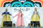 인천공항 제1여객터미널에서 펼쳐진 전통, 문화를 말하다 공연에서 국가무형문화재 제5호(판소리) 보유자 신영희 선생과 제자들이 열창하고 있다