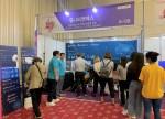 치매 극복 박람회에 옴니핏 마인드케어와 옴니핏 VR을 체험하기 위해 모인 관람객들이 모여있다