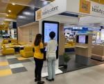 중동 최대 전자제품 유통점인 샤라프 DG(Sharaf DG)의 두바이 타임스퀘어점에 론칭된 룰루랩의 K뷰티 스토어에서 방문객들이 피부 분석 테스트를 하고 있다