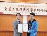 학술교류를 마친 뒤 참석자들에게 수료증을 수여하고 있는 바이오인프라의원 김철우 박사