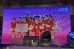춘천남부노인복지관 VIVA청춘 치어리딩팀이 스타상을 수상하여 정용래 유성구청장과 사진을 찍고있다