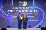 왼쪽부터 신일 정윤석 대표가 한국표준협회 이상진 회장으로부터 한국품질만족지수 인증 수여식에서 인증서를 수상하고 있다