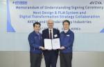 왼쪽부터 현대중공업 김재을 전무, 아비바 R&D 수장 마이클 할로런(Michael Halloran), 현대중공업 김태환 전무가 디지털 트랜스포메이션 사업 활성화를 위한 MOU를 맺고 기념사진을 찍고 있다