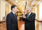 暁星の趙顕俊(チョ・ヒョンジュン)会長(左側)が6日にメキシコシティ大統領宮でアンドレス・マヌエル・ロペス・オブラドール大統領(右側)と会い'Rural ATM プロジェクト'を含めた事業協力方案を話し合った。 趙会長は、野球好きのオブラドール大統領にMLBのテキサス・レンジャーズ所属秋信守選手がサインした野球バットを贈った