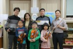 낙원악기상가가 문화소외계층 아이들에게 반려악기를 선물하고 기념촬영을 하고 있다