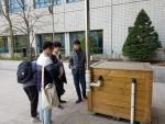 고려대학교에 설치된 빗물저금통을 학생들에게 설명해주는 박경복 대표