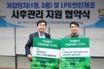 오른쪽부터 한국자동차환경협회 회장 안문수와 자동차10년타기시민연합 임기상 대표가 업무협약을 맺고 기념촬영을 하고 있다