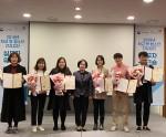 동작구청소년지원센터 꿈드림 임직원들이 학교 밖 청소년 건강검진 우수센터 표창을 수상하고 기념촬영을 하고 있다