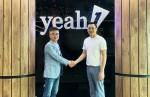 왼쪽부터 피플앤스토리 김남철 대표와 YEAH1 그룹 Nguyen Anh Nhuong Tong 회장이 한국 웹툰, 웹소설 독점 공급 및 운영 계약에 대한 계약 체결을 하고 악수를 하고 있다