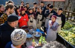 정관스님이 셰프들에게 콩 발효 요리에센스 연두로 양념을 만드는 법을 설명하고 있다