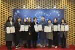 공모전 전체 수상자들과 독거노인종합지원센터 김현미 센터장이 보건복지부 주최 연말 행사 사랑 나눔의 장에 참석해 시상식을 갖고 기념촬영을 하고 있다