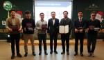 김종갑 본투글로벌센터장(가운데)을 비롯한 수상자들이 시상 후 기념 촬영을 하고 있다
