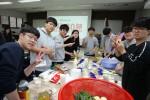 국립중앙청소년수련원 수능 이후 고3캠프에 참가한 청소년들이 과일청과 샌드위치를 만들고 있다