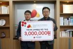 오른쪽부터 허선 한국보건복지인력개발원장이 이상익 충북모금회 사무처장에게 임직원 사회공헌기금을 전달하고 있다