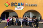 GCAM 직원들이 미국 텍사스주 에딘버그에 위치한 GCAM 신규 혈액원 앞에서 기념 촬영을 하고 있다