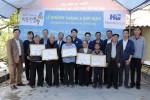 왼쪽부터 2번째 하이증성인민위원회 외교국 국장, 8번째 한미글로벌 심재극 상무가 베트남 공간복지 2차 지원사업 완공식을 개최하고 기념촬영을 하고 있다