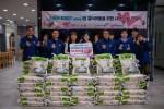 함께하는 사랑밭 직원 일동과 유튜버 푸메가 사랑의 쌀 전달식을 진행했다