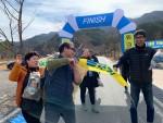 지난해 경북 봉화군 낙동강 세평하늘길에서 쓰레기를 주워오며 즐거워하고 있는 워크앤런의 플로깅 행사 참가자들